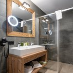 Photo of Suite, shower or bath, toilet, 1 bed room | © Vaya